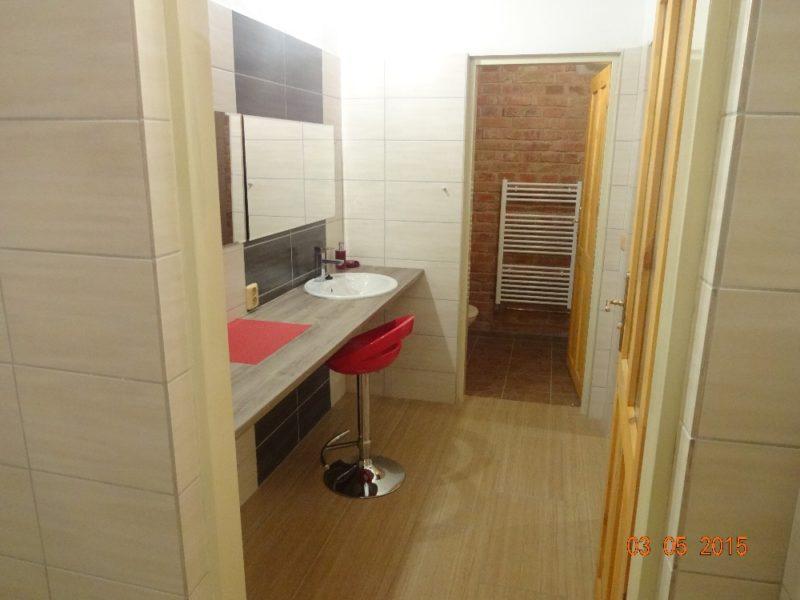 Zrcadlo na ještě větší zkrášlení, WC a sprcha.