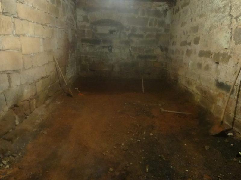 Také s dětmi kopeme jíl v podlaze, na jaro bude připravena nová podlaha v úschovně kol.
