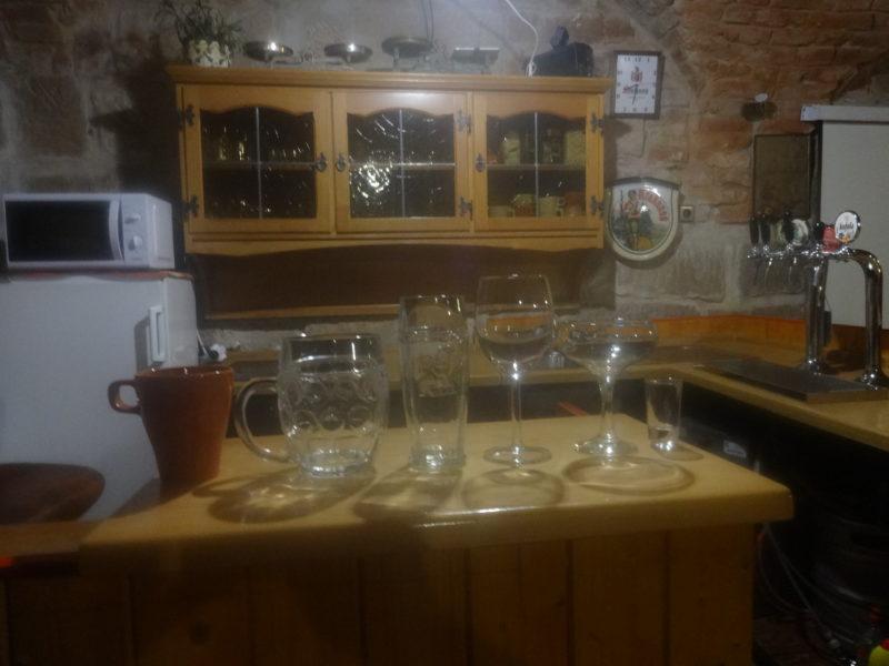 Hrnek na kávu různé barvy, pivní sklenice různé-většinou soudek s uchem, sklenka limo 0,3 kozel, sklenka na víno, sklenka na přípitek,  frťan malý.