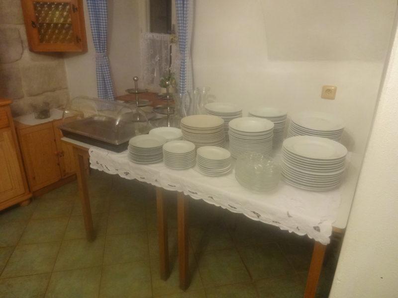 50 x talíř hluboký, mělký a desertní,  3 x talíř na vajíčka, 2 x etažér nerezový na sladkosti a sýrový tác s krytem-chlazení ledovými vložkami