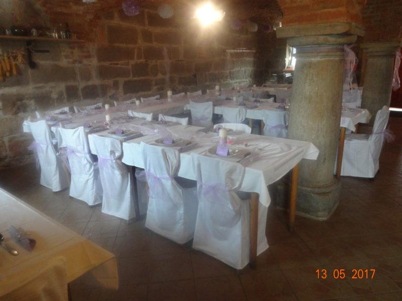 Rozložení stolů pro 35 osob , bílé potahy židlí se hodí ke každé barvě.