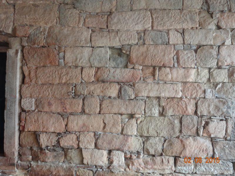 Kamenná stěna pod stodolou