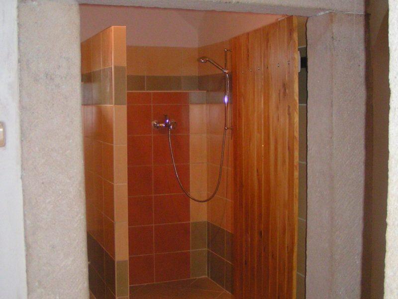 Velký sprchový kout, WC , bidet, umyvadlo a pračka