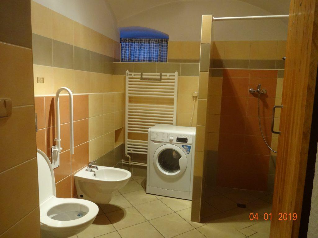 Koupelna dolní ap., sprchový kout, WC, bidet, pračka