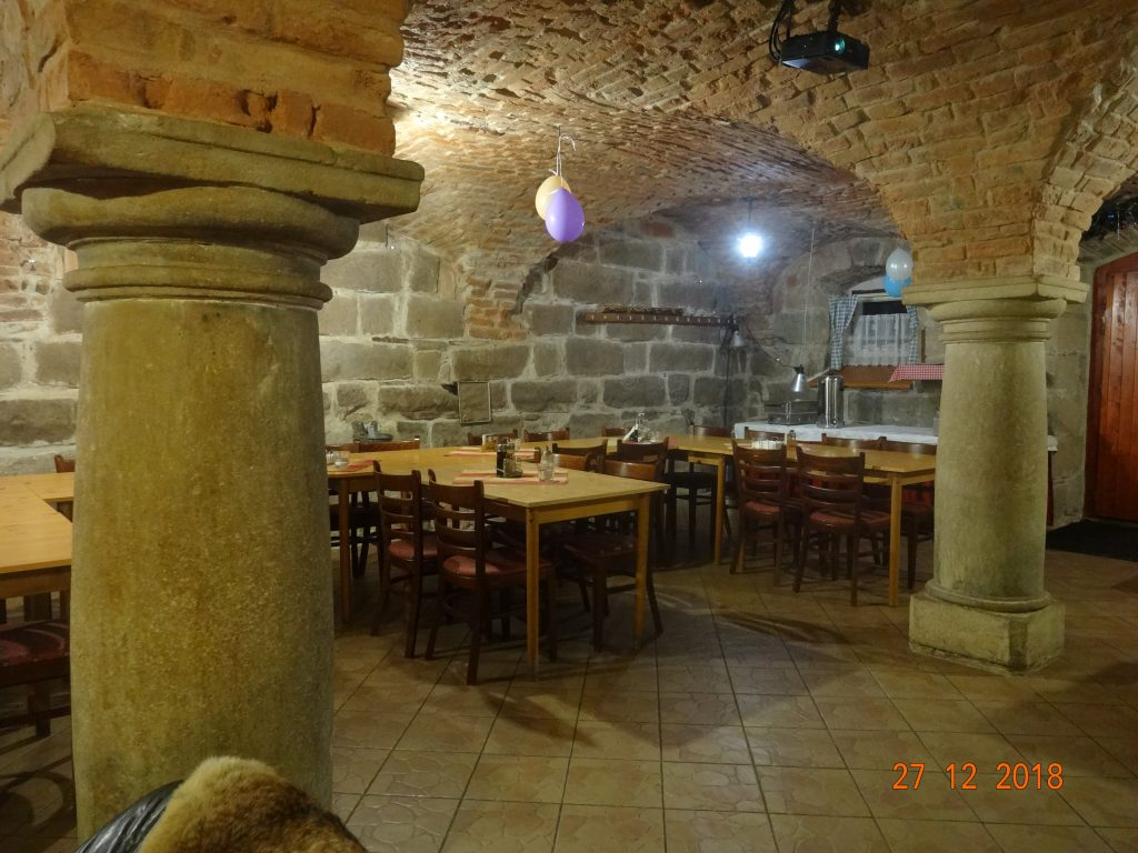 Společenská místnost, rozmístění stolů stůl na rauty, možnost vlastního občerstvení